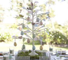 un arbre décoratif avec des oeufs de Pâques multicolores