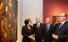 СКнязем Монако Альбертом II (справа) вовремя осмотра выставки «Романовы иГримальди. Три века истории» вТретьяковской галерее.