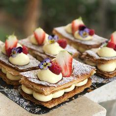 מילפיי של שישי .. וכמה שיותר פטיסייר ככה יותר טוב ❤️ #millefeuille #gargeran #vailla #strawberry #raspberry #cream #butter