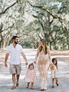 Family Photo Outfit Ideas for Spring - Lynzy & Co. Maternity Photo Outfits, Family Maternity Photos, Family Posing, Maternity Pictures, Family Family, Maternity Session, Family Pics, Summer Family Portraits, Family Pictures What To Wear