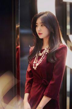 ( *`ω´) ιf you dᎾℕ't lιkє Ꮗhat you sєє❤, plєᎯsє bє kιnd Ꭿℕd just movє ᎯlᎾng. Korean Beauty, Asian Beauty, Asia Girl, Korean Model, Korean Fashion, Pin Up, Clothes For Women, Blouse, Womens Fashion
