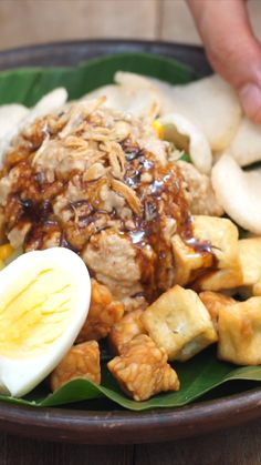 Javanese gado-gado or Salad is a sepinggan dish originating from the Java region, Indonesia. Consists of cooked vegetables and boiled eggs, fried tempeh tofu which is then cut into slices and then doused with savory and fresh spicy peanut sauce. Indian Food Recipes, Asian Recipes, Healthy Recipes, Vegetarian Recipes, Easy Cooking, Cooking Recipes, Malay Food, Malaysian Food, Indonesian Food