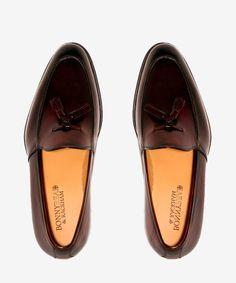 Zapato Borlas Cuero Granate. 107€, en tienda 215€