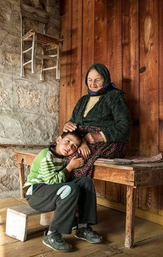  علمتني #جدتي آن تقبيل اليد لم يكن ذلاً بل حباً أكبر فكل مرة اقبل يدها تضم يدي وتقبلھَا وكأنھَا تخبرني انھَا تحبني اكثر مما احبها.  #مقولة#خواطر#كلمات#حكمة#الحياة#مشاعر #أعجبني#أعجبتني#الحب#امي 