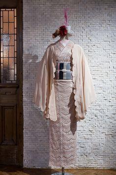スタイリストの大森伃佑子さんが夢見た、1920年代から着想した黒と白の着物が並ぶ。ドゥーブルメゾンの展示販売会「Noir et Blanc」 | FEATURE | FASHION | ファッション雑誌『装苑』のオフィシャルサイト ファッション、ビューティ、カルチャーなどの厳選した情報をお届け! 装苑ONLINE Traditioneller Kimono, Kimono Japan, Kimono Outfit, Kimono Fashion, Traditional Japanese Kimono, Traditional Fashion, Traditional Dresses, Japanese Outfits, Japanese Fashion