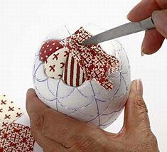 Styropor egg with Vivi Gade Design fabric Guide step 5 Quilted Christmas Ornaments, Fabric Ornaments, Christmas Sewing, Handmade Ornaments, Christmas Baubles, Handmade Christmas, Christmas Fabric Crafts, Christmas Makes, Christmas Deco