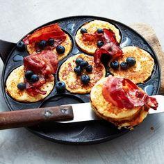 Snabbgjorda plättar på färdig risgrynsgröt. Lika gott till middag som till brunchen eller som ett perfekt mellis att ta med i ryggsäcken och ut på picknick. Risgrynsplättarna blir extra lyxiga om du bjuder dem med bacon, lönnsirap och blåbär. Crepes And Waffles, Pancakes, Healthy Snacks, Healthy Recipes, Swedish Recipes, Xmas Food, English Food, Recipe For Mom, I Foods
