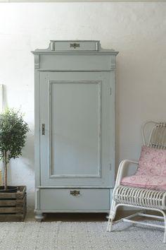 Butik Lanthandeln - Litet klädskåp i gå/turkost Fashion Room, Shabby Style, Furniture, Rustic Style, Painted Furniture, Cute Furniture, Vintage House, Home Decor, Furnishings