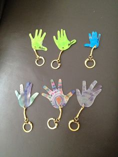 Les enfants ont fait des porte-clefs en plastique dingue (ou