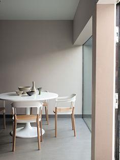 Una alternativa a las paredes blancas es este gris topo, ideal para resaltar los muebles blancos de tu casa.