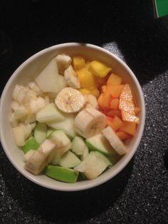 Diese ObstBowl besteht aus:  • Birne • Apfel  • Sharon (Kaki) • Mango • Honigmelone  • Banane  Wenn ihr ein Topping wollt könnt ihr beispielsweise Haferflocken oder Chiasamen benutzen.   Lasst es euch schmecken