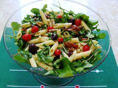 Salada de penne com tomate seco e rúcula