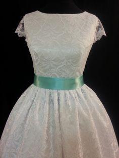 Sněhobílé svatební Materiál-krajka, satén Obvod hrudi-90cm Obvod pasu-75cm Délka sukně-65cm bez spodničky