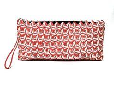 Morsom og sommerlig clutchveske av resirkulerte Colaetiketter laget av kvinner i slummen i Manila. Mål: 30 x 14 cm. Bags, Fashion, Summer Recipes, Handbags, Moda, Fashion Styles, Totes, Lv Bags, Hand Bags