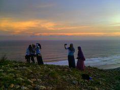 Dolan bareng memang mengasikkan. Ada canda tawa, bahkan menambah erat persahabatan. #landscape #girl #girls #ladies #hijab #sunset #sky #hill #ocean #paralayang #parangtritis #beach #nature #trip #travel #traveling #love #beautiful #instagood #instagram #foto #photography #explore #explorejogja #yogyakarta #diy http://tipsrazzi.com/ipost/1514941571589785581/?code=BUGJ1U2FMft