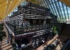 オランダの建築デザイン会社MVRDVが設計を手がけた壮大な図書館、その名もずばり「本の山(Book Mountain)」がオープンした。 スパイケニッセのマーケットスクエアにできた5階建てのピラミッド型図書館は、建築素材としてガラス、レンガ、木材が使われ、書架の多くは植木鉢をリサイクルした耐火性の素材でできて