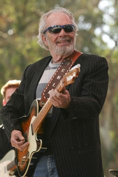Merle Haggard - (Apr 1937 - Apr Merle Ronald Haggard was an American singer, songwriter, guitarist, fiddler, and instrumentalist. Best Country Music, Country Music Artists, Country Music Stars, Country Musicians, Country Western Singers, Country Boys, Jazz, Outlaw Country, Blues