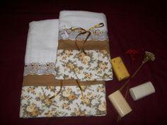 Toalhas brancas com aplicação em tecido 100% algodão. Conjunto composto de 01 (uma) toalha de banho e 01 (uma) de rosto, ambas 100% algodão. 01 (uma) unidade para pronta-entrega.                                                                                                                                                                                 Mais
