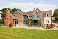 Have you ever dreamed of living in a converted barn with exposed trusses? - Wood DIY ideas - Have you ever dreamed of living in a converted barn with exposed trusses? Style At Home, Exposed Trusses, Oak Frame House, Self Build Houses, Best Barns, Rustic Home Design, Ideias Diy, Dream House Exterior, House Extensions