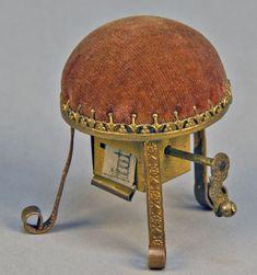 Antique Victorian 150 year Wind-up Stool Tape Measure & Pin Cushion, Figural, Rare: Игольница и сантиметр-рулетка внутри.