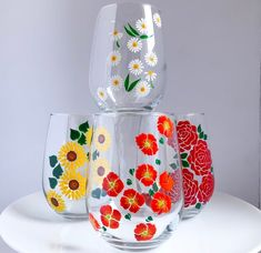 Diy Wine Glasses, Decorated Wine Glasses, Hand Painted Wine Glasses, Glass Painting Patterns, Glass Painting Designs, Glass Bottle Crafts, Bottle Art, Bottle Painting, Beverages