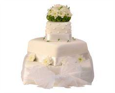 Svatební dort 30 Třípatrový svatební dort, o rozměrech 10 x 10 cm, 20 x 20 cm a 30 x 30 cm, obalen fondánem, dozdoben královskou glazurou, saténovou stuhou, kombinací chryzantém a santinek