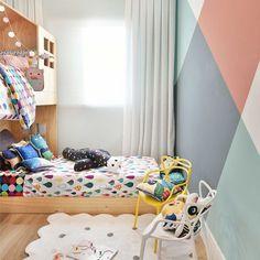 Cores para um quarto unisex❤️Amando essa pintura geométrica na parede combinando com nossa roupa de cama moderna! Confira almofadas e roupa de cama no nosso site www.mooui.com.br ou link na bio!   projeto: @carolmiluzzi_arq  tapete: @mimootoysndolls   #archilovers #architecturelovers #beautiful #becreative #bedroom #bedroomdecor #decor #decoracao #decorlovers #designinspiration #details #home #homedecor #inspiration #interiordesign #interiors #style #trend