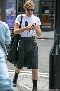 Stylish in that kilt! Guys In Skirts, Boys Wearing Skirts, Men Wearing Dresses, Man Skirt, New Mens Fashion, Androgynous Fashion, Looks Cool, Alternative Fashion, Skirt Fashion