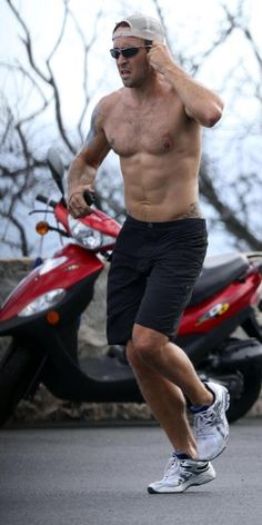 """More pics of """"Hawaii Five-O"""" hottie Alex O'Loughlin jogging shirtless in Oahu over the weekend at PopSugar! (Also see coverage of Alex and co-star Daniel D Alex O'loughlin, Alex Love, Alex Pics, Hawaii Five O, Aloha Hawaii, Scott Caan, Celebrity Workout, Celebrity Fitness, Hommes Sexy"""
