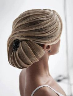 Such a sophisticated chignon. Lovely, especially with an antique silver brooch in the back.