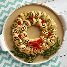 Cheesy Spinach Pinwheel Wreath - The Pampered Chef® This is one of my all-time favorite Pampered Chef recipes. My friends expect me to make these pinwheels when they come over. Appetizer Recipes, Snack Recipes, Cooking Recipes, Delicious Appetizers, Christmas Appetizers, Healthy Appetizers, Cooking Tips, New Recipes, Holiday Recipes