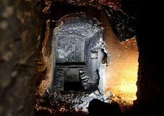 エジプトでオシリス神の墓を発見 古代神話の記述を完璧に再現 -ルクソール西岸シェイフ・アブデル・クルナのネクロポリス(死者の町)で、古代神話オシリス神の墓をそっくり模した3200年前の墓が見つかりました。  オシリスの墓といえば古代エジプト最古の都のひとつ、聖地アビドスにある神殿「オシレイオン」が有名ですよね。  今回見つかったのはもっと年代の新しい墓で、構想的にはオシレイオンとほぼ同じ。冥界を統べる神オシリスの像(エメラルドに輝くご神体)は、中央の円天井の礼拝堂にあり、地下に続くシャフト(下図の中央にある竪穴)を9mおりると第1層の地下室、さらに6mおりると第2層の地下室2間に至ります。