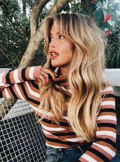 Wavy hair with bangs and volume Welliges Haar mit Pony und Volumen Hairstyles With Bangs, Pretty Hairstyles, Volume Hairstyles, Volume Haircut, Blonde Haircuts, Brown Blonde Hair, Grunge Hair, Hair Highlights, Color Highlights