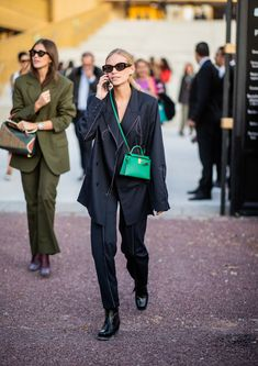 PARIS, FRANCE - SEPTEMBER Tine Andrea wearing green Hermes bag is seen outside Hermes during Paris Fashion Week Womenswear Spring/Summer 2019 on September 2018 in Paris, France. (Photo by Christian Vierig/Getty Images) Street Style 2018, Spring Street Style, Street Chic, Street Style Women, Street Styles, Outfits Otoño, Cool Outfits, Suits For Women, Women Wear