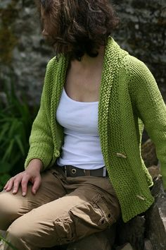 """Iced"" cardigan by Carol Feller, a free pattern on Ravelry , made with super bulky yarn at a gauge of 3 st/in. Various adaptations for button band along front of cardigan. Sweater Knitting Patterns, Cardigan Pattern, Knit Patterns, Knit Cardigan, Knitting Sweaters, Cotton Cardigan, Stitch Patterns, Knitting Needles, Free Knitting"