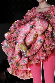 omg...never thought about wearing my teddy bear...:D  Comme des Garçons Primavera/Verano 2014.