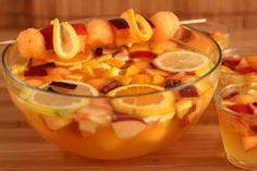 The white sangria is an alcoholic beverage made with white wine, sparkling wine or Champagne, fruits and spices, typical of Catalonia: it ...