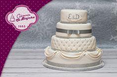 weeding cake,tort weselny w stylu angielskim, biały tort weselnym, tort z falbanami, tort ze srebrnymi dodatkami, tort weselny z perełkami, tort pikowany, tort czteropiętrowy, elegancki tort weselny, wesele, przyjęcia weselny, przysmaki weselne