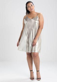 Glamorous Curve. TANKTOP METALLIC DRESS - Korte jurk - light gold metalic. Materiaal buitenlaag:100% polyester. Pasvorm:normaal. Halslijn:rugdecolleté. wasvoorschrift:machinewas tot 30°C. Details:figuurnaden. Totale lengte:78 cm bij maat 46. Mouwlengte:spaghettibandjes. L...