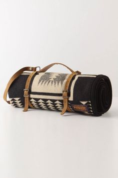 Pendleton Blanket roll with leather harness and straps. Keep warm in Colorado! Pendleton Throw, Pendleton Wool, Bushcraft, Style Retro, My Style, Country Style, Company Picnic, Summer Picnic, Fall Picnic