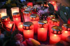 Während die Polizei nach dem Täter fahndet, steht Berlin, vor allem im Bereich des  Breitscheidplatzes, immer noch ganz unter den Eindrücken des Anschlags vom Montag. Menschen trauern,  die Polizei sichert Weihnachtsmärkte. Impressionen aus einer geschockten Stadt, die um die Normalität ihres Alltags kämpft. <p>Kerzen und Blumen stehen in Berlin unweit der Stelle des Anschlags auf dem Weihnachtsmarkt am Breitscheidplatz.