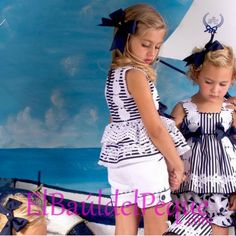 BEATRIZ MONTERO Bitácora Conjunto Short y Blusa Marino y Blaco Tiras Bordada Modelo  Bitacora Condición  Nuevo  -Conjunto de blusa y short de piqué de rayas azul marino-blanco con tiras bordadas y aplicaciones.  -Blusa entallada y con vuelo debajo con aplicaciones de conchas marinas y tiras bordadas   -Short con pletinas en las patas abotonadas a los lados.  -Tallla muy estrechito, comprueba bien las medidas  -Un conjunto marinero ideal para comuniones  -Puedes combinarlo con la Tiara…