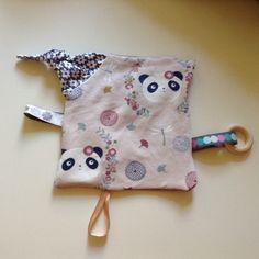 Selbstgenähtes Knistertuch für Mädchen mit Holzbeißring. #sebstgenäht #diy #rosa #knistert #knistertuch #panda #blumen #h...