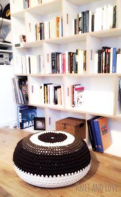 Crochet Pouf, Crochet Fabric, Fabric Yarn, Crochet Pillow, Cute Crochet, Crochet Hats, Recycled T Shirts, Round Pillow, Diy Interior
