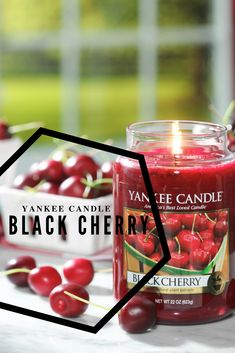 Fragrância Black Cherry, uma das fragrâncias top de vendas da Yankee Candle. Usufrua deste aroma a cerejas amadurecidas ao sol de uma tarde solarenga.