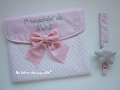 Bolsa para a primeira roupinha e Prendedor de chupetas Gift Wrapping, Mlb, Couture, Beauty, Garment Bags, Crochet Mandala, Cute Ideas, Embroidered Lace, Decorated Notebooks