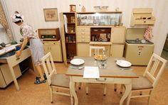 Po druhé světové válce vznikaly kuchyňské sestavy, které většinou stály v samostatných místnostech. Součástí bytu byla lednice i…