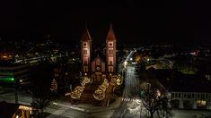 Balatonfüred karácsonyi fényárban úszik, varázslatos drónfotók | CsodalatosBalaton.hu Cathedral, Building, Buildings, Cathedrals, Construction