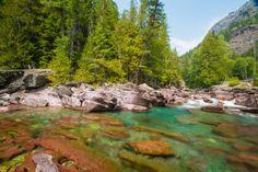 Tan solo un río turquesa que alimenta un lago cristalino (lago McDonald, USA) - 101 Lugares increíbles
