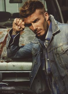 David Beckham This man use to be my all time favorite celeb crush. Beckham is one of the sweetest dads I've seen in the media.which makes him oh so more attractive. He can even make tattoos look good in my opinion. Style David Beckham, Moda David Beckham, David Beckham Haircut, David Beckham Family, David Beckham Fashion, Style Casual, Swag Style, Style Hair, All Jeans